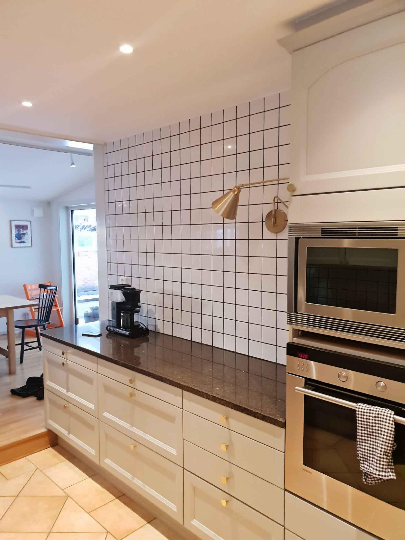 Rivit övre köksskåpen. Nytt kakel på väggen. Måla tak och väggar.