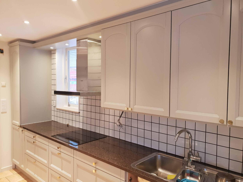Nylackerade luckor, lådor och ny köksfläkt på plats!