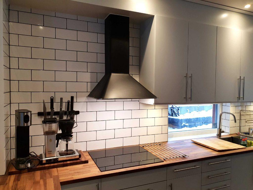 Nya spotlights under köksskåp. Nylackade kökluckor samt nymålade stommar.