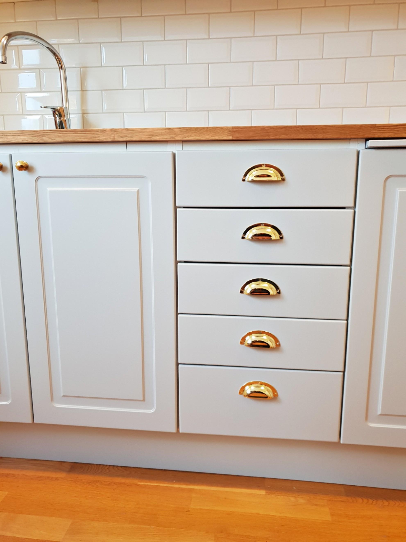 """""""Möblerat om"""" köksskåpen mot väggen. Vi har lagt nytt golv, monterat nytt kakel"""